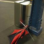 Regenschirm in der U-Bahn